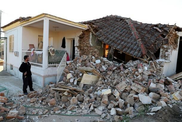 Potraga za zatrpanima u ruševinama posle jakog zemljotresa u Grčkoj