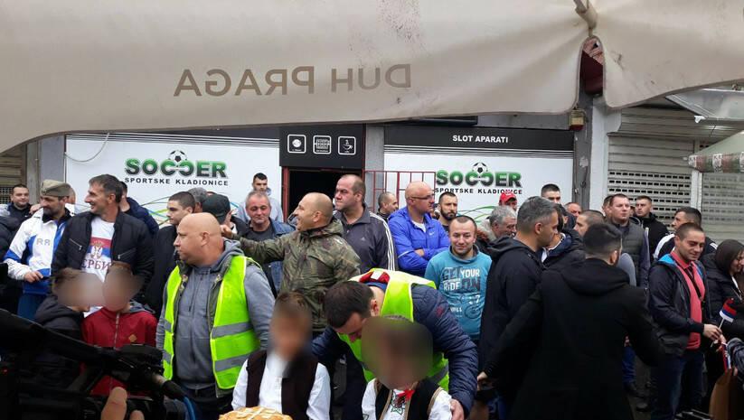 Protest desničara ispred pekare Roma Foto:Insajder