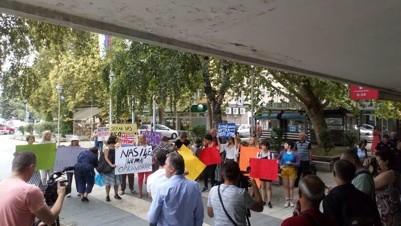 Podrška Mariji Lukić ispred Osnovnog suda u Kruševcu Foto: Ne davimo Beograd
