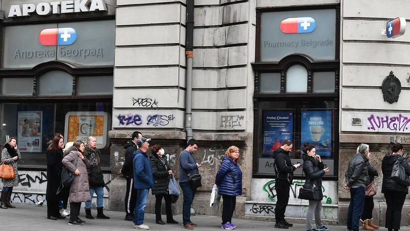 Red ispred apoteke u Beogradu, koronavirus Foto: Srđan Ilić