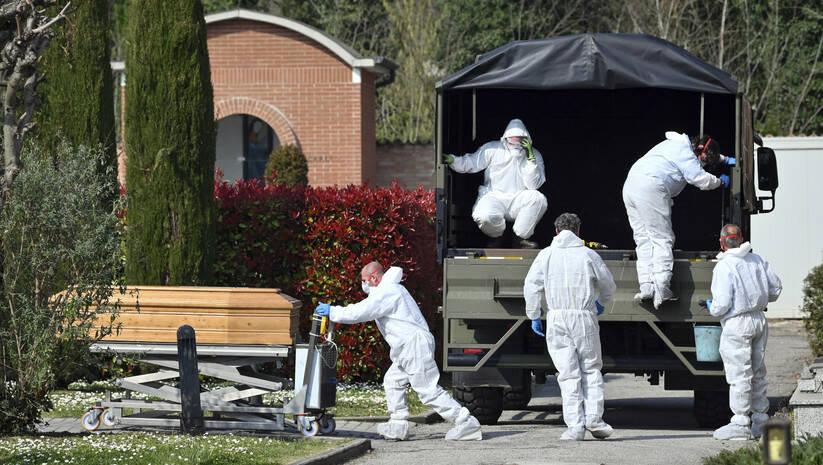 Massimo Paolone/LaPresse via AP: Konvoj koji prevozi preminule od koronavirusa, Italija.