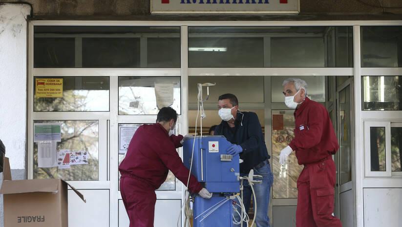 Unošenje medicinske opreme u Bolnicu Majka Tereza u Skopju, Severna Makedonija Foto: AP Photo/Boris Grdanoski/Betaphoto