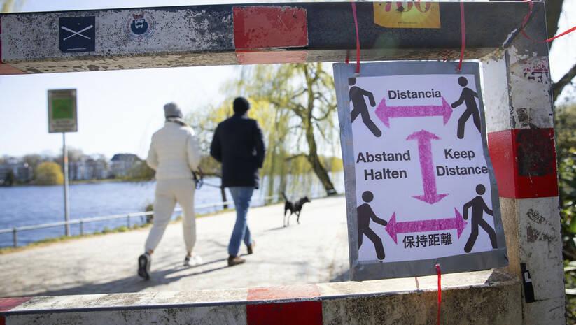 Upozorenje za držanje udaljenosti u Nemačkoj, koronavirus  Foto: Christian Charisius/dpa via AP/Betaphoto