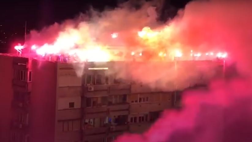 printscreen / Baklje sa krovova tokom skandiranja pristalica vlasti u toku policijskog časa u Beogradu