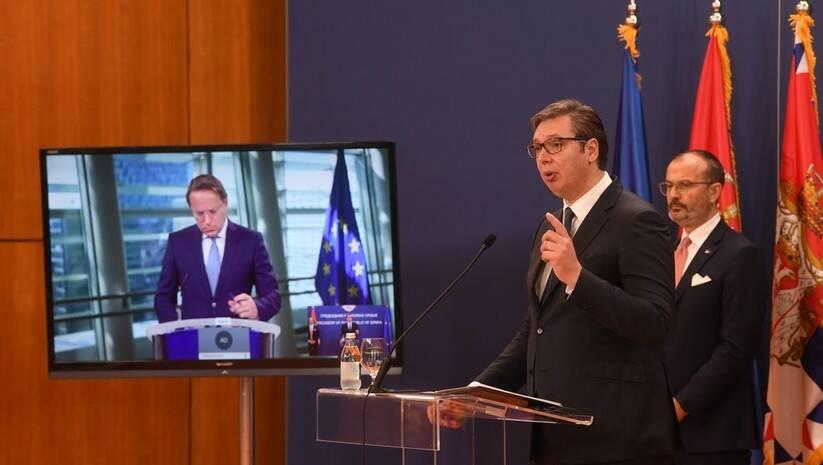 Aleksandar Vučić i Sem Fabrici prilikom potpisivanja ugovora o dodelli pomoći iz IPA fonda, Oliver Varhelji obratio se preko video linka Foto: predsednik.rs