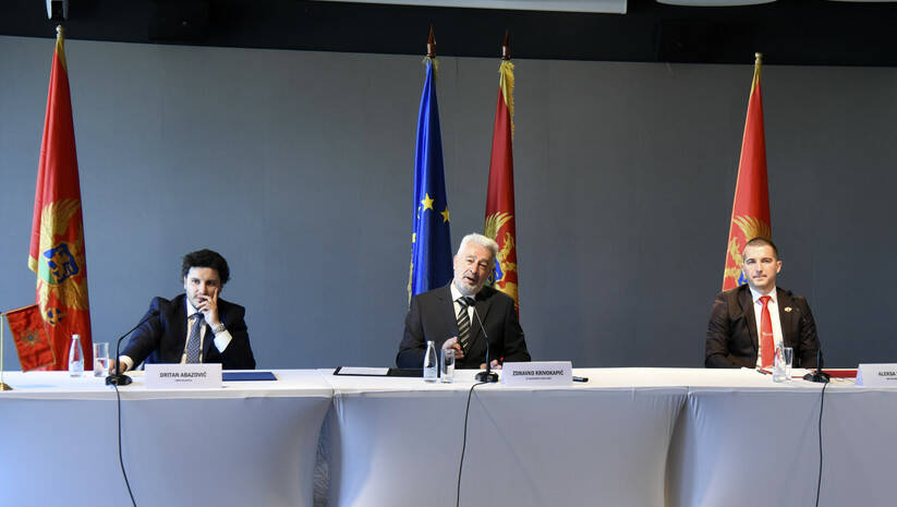 Dritan Abazović, Zdravko Krivokapić i Aleksa Bečić prilikom potpisivanja koalicionog sporazuma Foto:  AP Photo/Risto Bozovic/Betaphoto