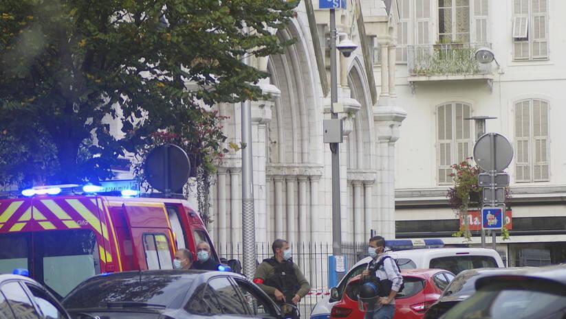 Francuski policajac u blizini crkve Notr Dam u Nici, mestu terorističkog napada napada  Foto: AP Photo/Alexis Gilli/Betaphoto