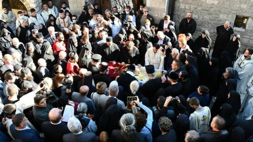 Kovčeg sa ostacima mitropolita crnogorsko-primorskog Amfilohija pronet je kroz hiljade ljudi / Foto: spc.rs