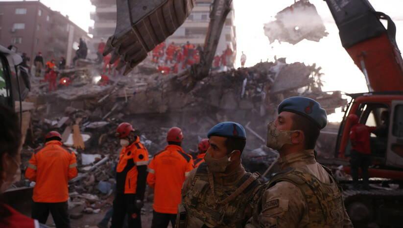 Spasioci u Izmiru u potrazi za preživelima u zemljotresu  Foto: AP Photo/Darko Bandic/Betaphoto