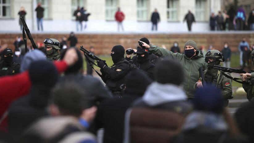 AP: Beloruska policija blokirala je ulicu tokom opozicionog skupa u znak protesta zbog zvaničnih rezultata predsedničkih izbora u Minsku, 1. novembar