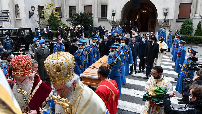 Pripadnici Garde Vojske Srbije nose kovčeg s telom patrijarha Irineja  Foto: Srđan Ilić