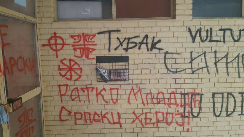 Grafiti mržnje na ulazu u zgradu u kojoj živi urednik VOICE-a / Foto: Twitter @NDNV