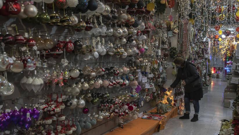 Uprkos ograničenjima zbog koronaviusa, Grčka je omogućila rad prodavnicama novogodišnjih ukrasa  Foto: AP Photo/Petros Giannakouris/Betaphoto