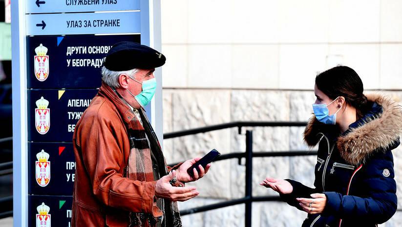 Građani ispred suda u Beogradu tokom pandemije koronavirusa, decembar 2020. Foto: Srđan Ilić
