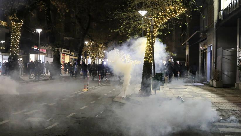 Policija u Tirani rassterala demonstrante koji su protestovali zbog ubistva mladića koji nije poštovao zabranu kretanja Foto: AP Photo/Hektor Pustina/Betaphoto