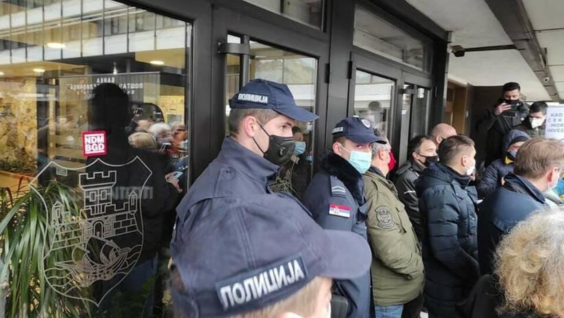Atmosfera ispred upravne zgrade u vreme najavljene javne rasprave Foto: Ne davimo Beograd