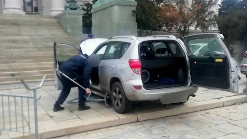 Automobil koji je probio zaštitnu ogradu / Foto: MUP