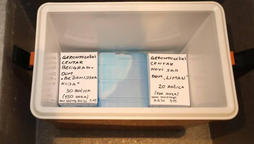 Vakcine protiv koronavirusa spremne za transport u gerontoloske centre, Foto: Betaphoto/Kancelarija za saradnju sa medijima Vlade Srbije/Slobodan Miljević