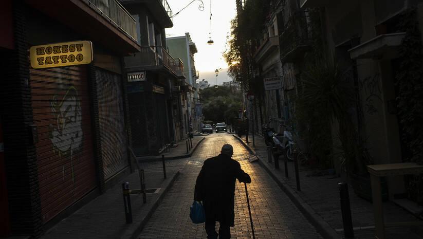 Petros Giannakouris: Stariji čovek šeta praznim ulicama Atine u vreme pandemije koronavirusa