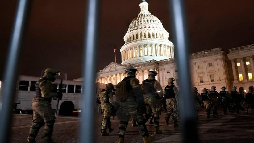 Policija uspostavlja red nakon upada demonstranata u Kongres SAD  FOTO: Betaphoto/AP Photo/Jacquelyn Martin