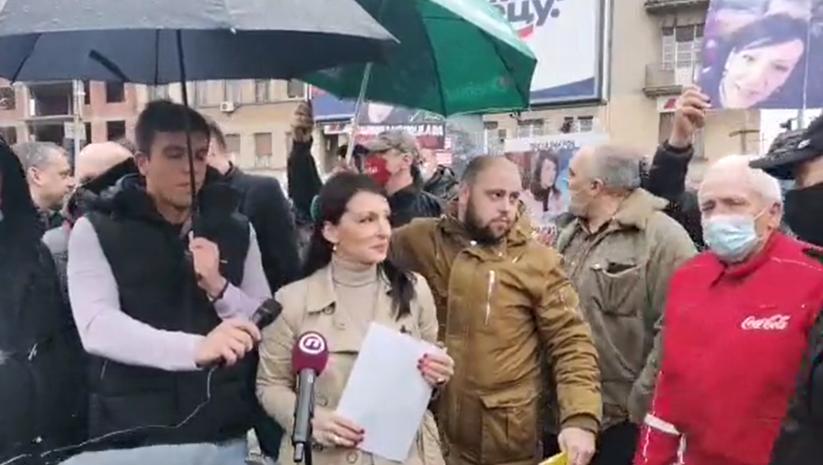 Obraćanje Marinike Tepić ispred sedišta SNS u Pančevu proteklo je uz ometanje Foto: Printscreen