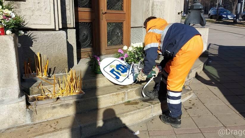 Uklanjanje sveća i cveća ispred Vlade Srbije Foto: Twitter/Marko M. Dragoslavic