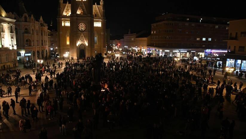 Novosađani pale sveće za Balaševića u centru grada / Foto: Betaphoto/Dragan Gojić