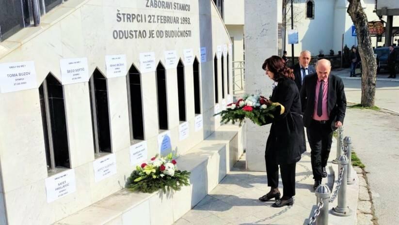 Polaganje cveća na spomenik u Štrpcima Foto: Bošnjačko nacionalno vijeće