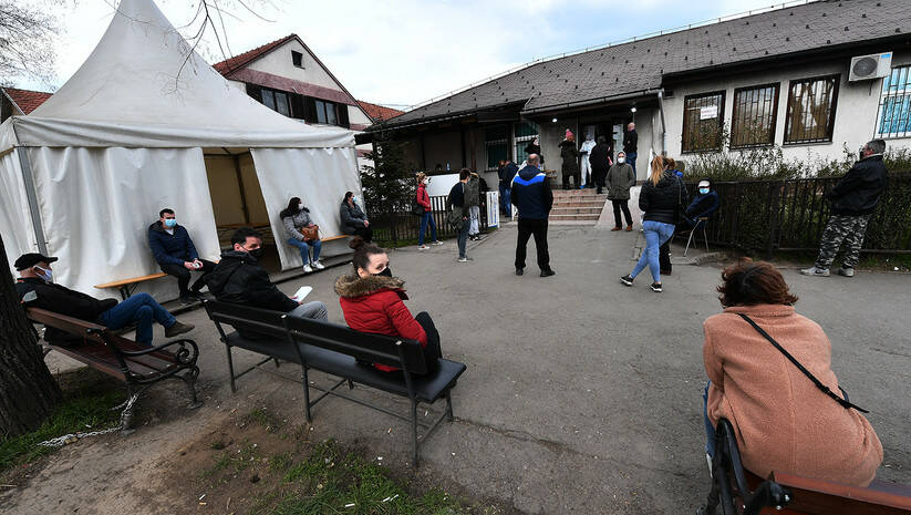 Građani ispred kovid ambulante u Zemunu, koronavirus Foto: Srđan Ilić