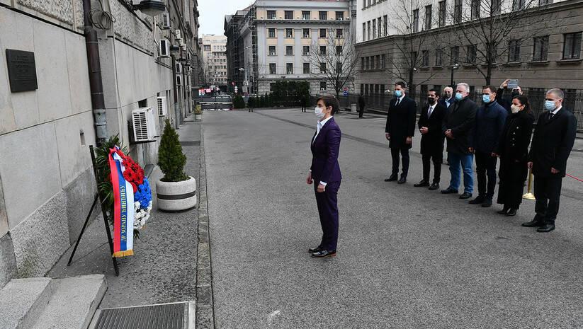 Premijerka Ana Brnabić i ministri vlade na čijem je čelu položili su venac na mesto ubistva premijera Zorana Đinđića, 12. mart 2021.  Foto: Srđan Ilić