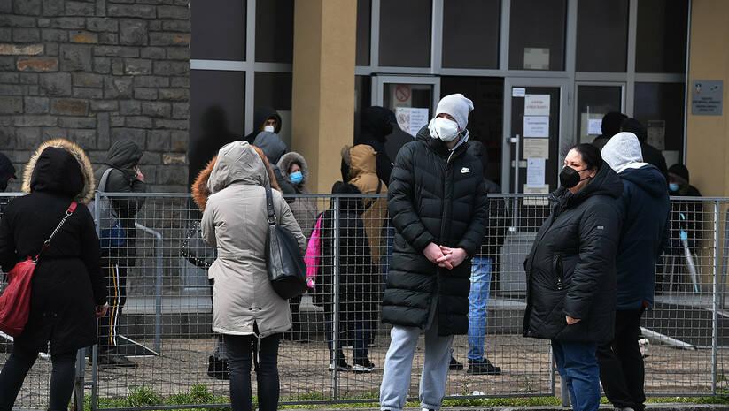 Pacijenti ispred kovid ambulanti na Voždovcu tokom pandemije koronavirusa, mart 2021. Foto: Srđan Ilić