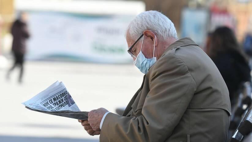 Novosađanin na klupi tokom epidemije koronavirusa Foto: Betaphoto/Dragan Gojić