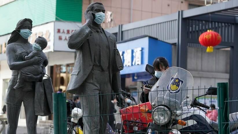 Statue s maskama u Vuhanu tokom posete misije SZO Foto: Betaphoto/AP Photo/Ng Han Guan