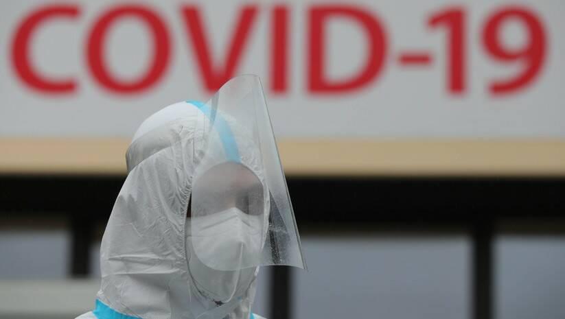 Medicinski radnik ispred privremene kovid bolnice u Užicu Foto: BETAPHOTO/DRAGAN KARADAREVIC